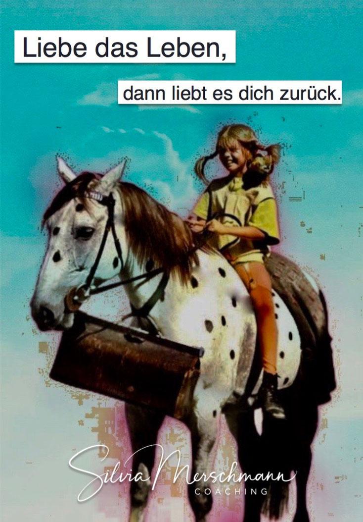 Mädchen auf einem Pferd sitzend. Bild mit Text.