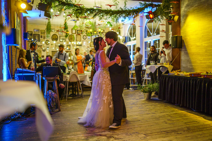 Der Hochzeitstanz war erquickend schwungvoll zu 'so long' von den Donots.