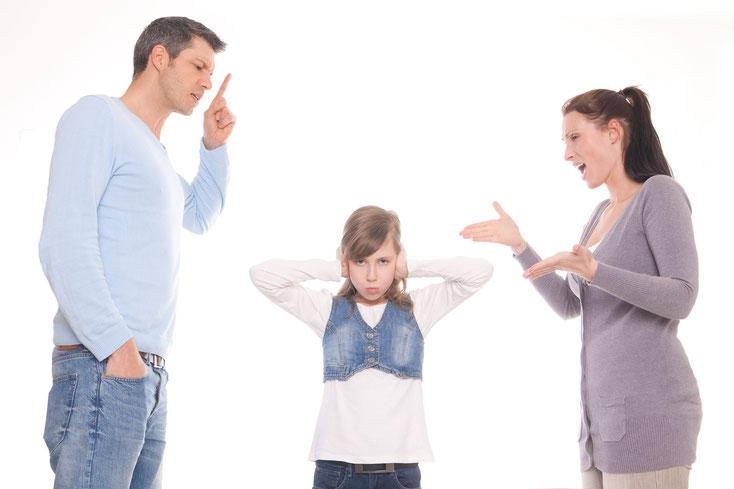 Nach der Trennung der Eltern sitzen die Kinder häufig als Leidtragende zwischen zwei Stühlen.