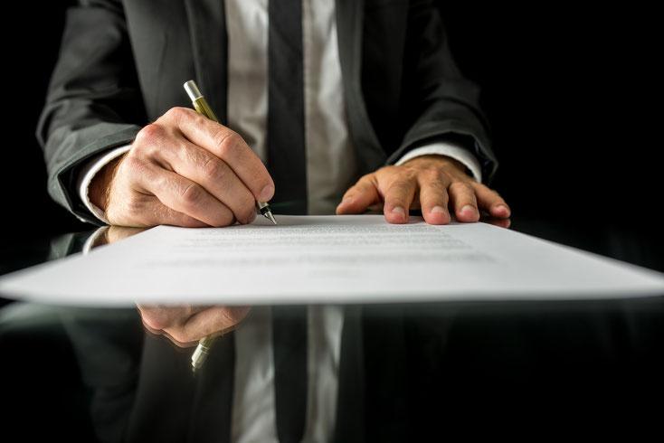 Mann im Anzug unterzeichnet sein Testament; Kurtz Detektei Essen