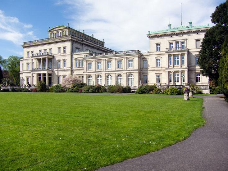 Kruppsche Villa Hügel, Frontansicht bei Sonnenschein; Kurtz Detektei Essen