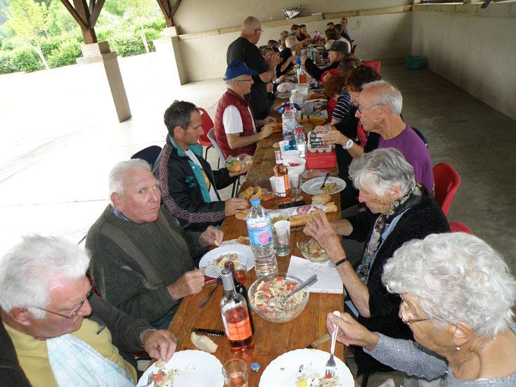 Les campeurs et les habitants se retrouvent souvent autour d'un repas, ici le Repas de Village du 2 juillet 2017.