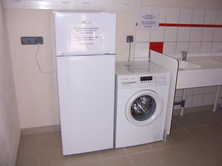 Un réfrigérateur-congélateur et un lave-linge sont gratuitement à la disposition des campeurs.