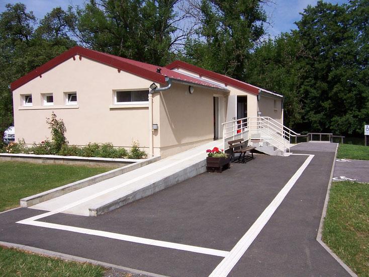Les sanitaires, avec 18 cabines dont 6 accessibles aux PMR