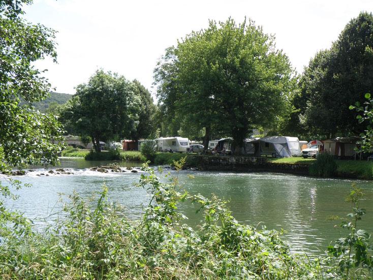 Le camping est idéalement placé au bord de la rivière la Marne.