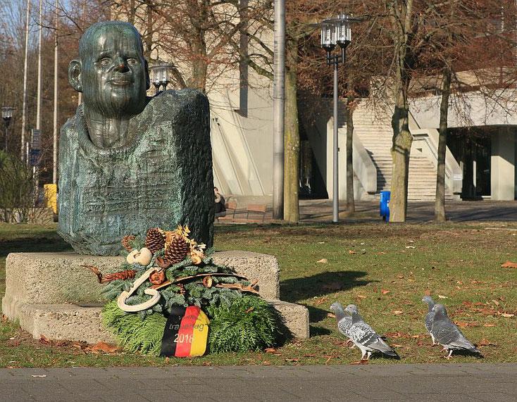 Tauben vor dem Bonhoeffer-Denkmal