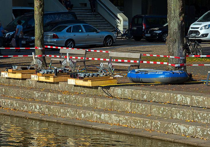 Mit dem Boot werden die bestückten Plattformen auf das Wasser gezogen.