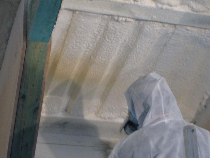 Spritzen einer Isolierschicht aus Polyurethan Schaum gegen Wärme und Kälte