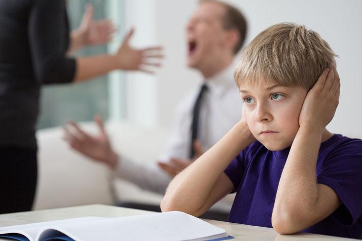 Eltern streiten sich im Hintergrund, das Kind hält sich die Ohren zu: Ermittlungen bei Sorgerechtsstreits durch die Kurtz Detektei Stuttgart.