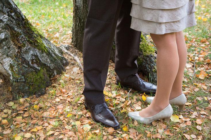Ein Mann und eine Frau stehen eng aneinander hinter zwei Bäumen; Kurtz Detektei Stuttgart – Privatdetektei und Wirtschaftsdetektei