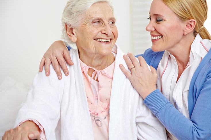 Eine junge Frau umarmt ihre Großmutter bei der Familienzusammenführung durch eine Adressermittlung der Kurtz Detektei Stuttgart.
