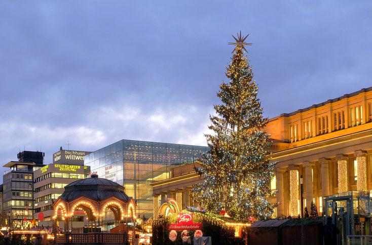 Weihnachtsmarkt in Stuttgart, beleuchteter Weihnachtsbaum. Die Detektive der Kurtz Detektei Stuttgart ermitteln gegen Diebe.