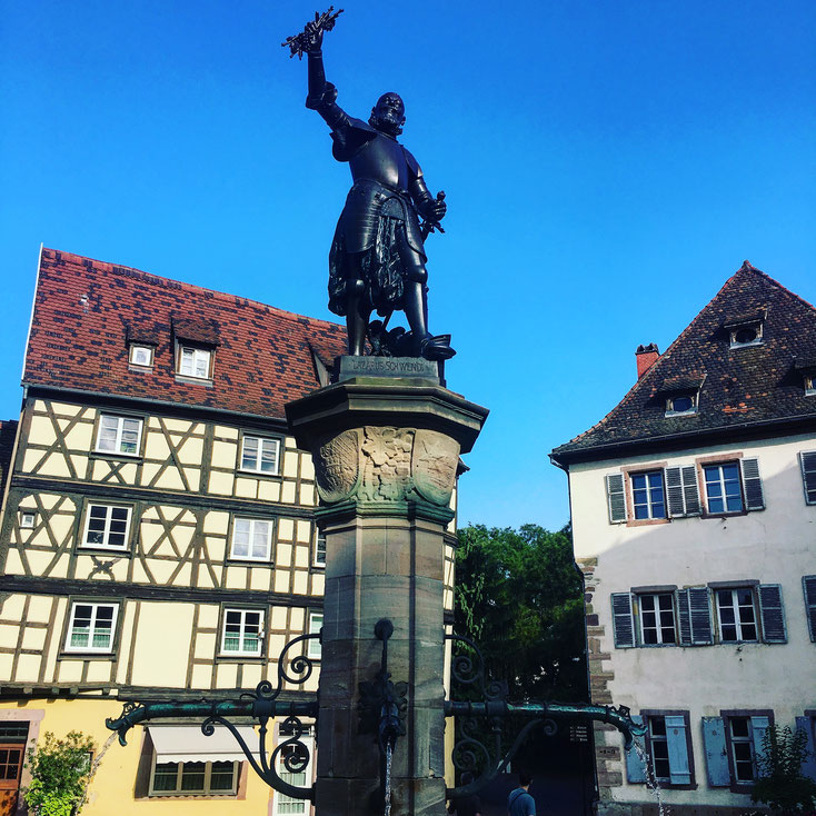 """La fontaine Schwendi, place de l'Ancienne Douane """"Koïfhus"""" à Colmar"""