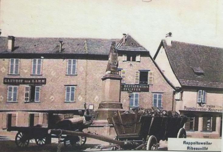 Place de la Sinne à Ribeauvillé, le restaurant sur la droite affiche ne servir que des Rappoltsweiler Naturwein c'est à dire des vins comme la vigne les a produits