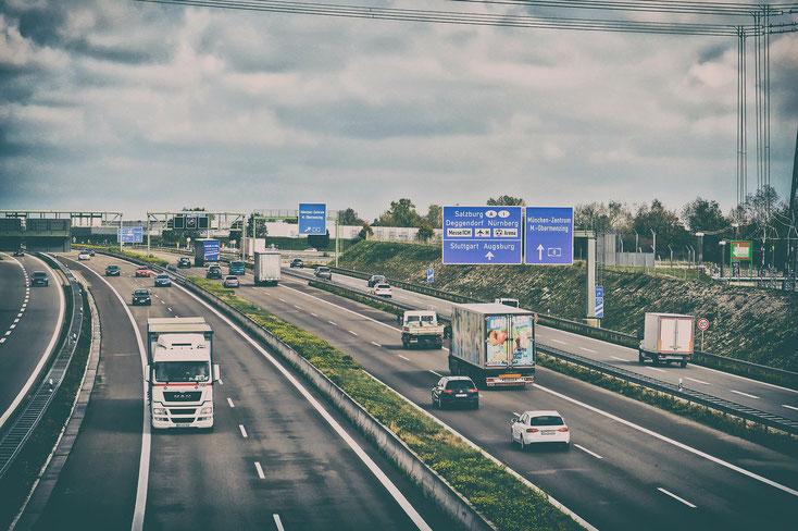 Mit Solaranlagen ausgestattete energieeffiziente LED-Wechselverkehrszeichen (WVZ) ermöglichen an Autobahnen und allen anderen Straßen Verkehrsteilnehmern aktuelle Verkehrsinformationen zu erhalten.