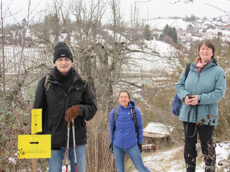 Bezirksrat Christoph Hofrichter (Uhlbach), Christine Sigg-Sohn und Anja Heller-Kemp (Bürgarausschuss RSKN) bei der offiziellen Beschilderung des Grenzwandelwegs (Bildquelle: Team Öffentlichkeitsarbeit BA RSKN)