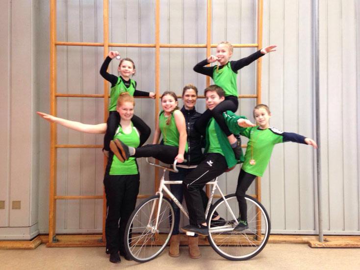 Die erfolgreichen Kunstradfahrerinnen und -fahrer mit Trainerin Sarah Seidl