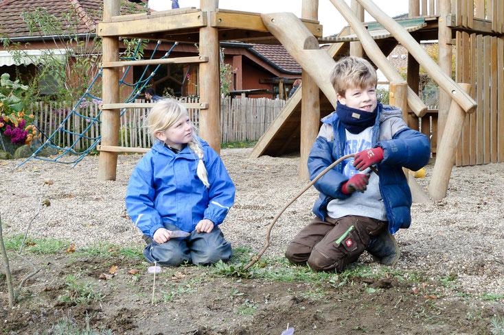 Herbsliches Aufräumen im Waldorfkindergarten Dinslaken - auch die grösseren Geschwister halfen mit!