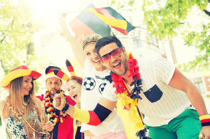 feiernde deutsche Fußballfans; Privatdetektei Dresden, Wirtschaftsdetektiv Dresden