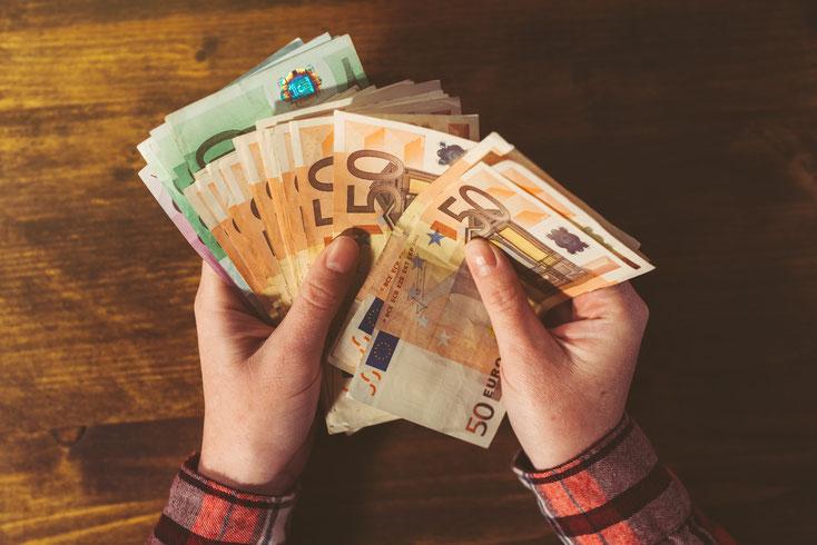 Geld zählen; Privatdetektiv Wuppertal, Detektei Wuppertal, Unterhaltsbetrug, Unterhaltsstreit