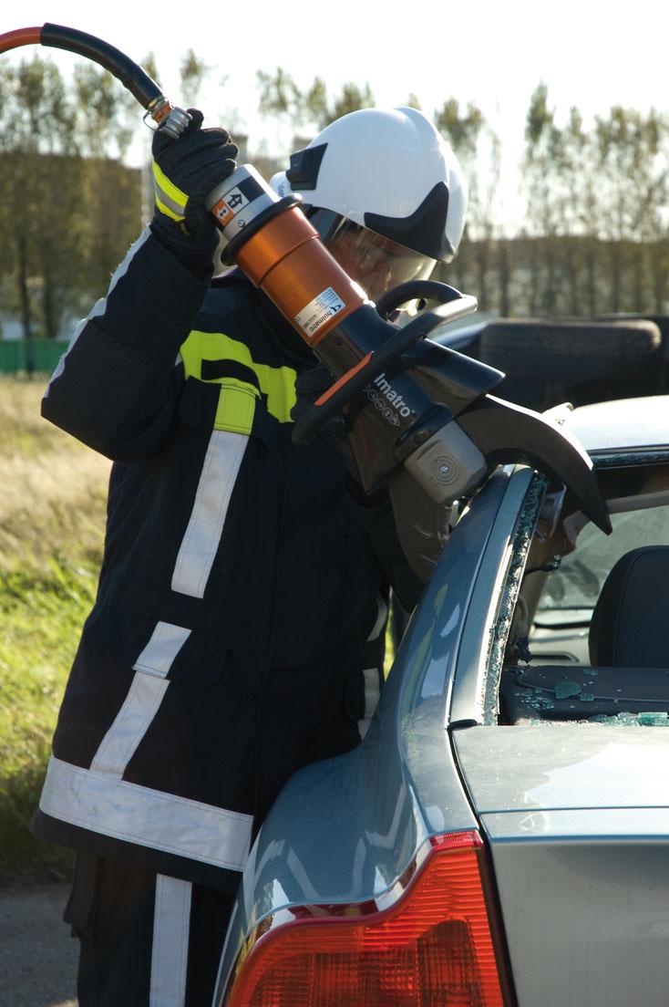 這類液壓工具,可以輸出幾十噸的力量,把被困的傷者從扭曲的車廂中拯救出來