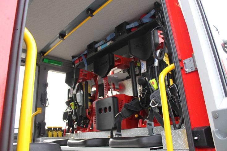 三對三,座椅上直接安裝氣樽,一出發之後,就可以在車上準備一切