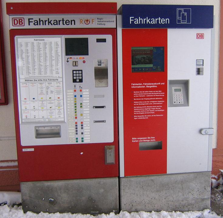 在古老的售票機前面,很多不熟悉德鐵的外國人或者遊客,都會一頭冒水...