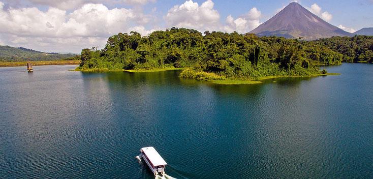 Transporte Colectivo para viajar entre La Fortuna Volcàn Arenal  y Santa Elena Monteverde cruzando en lancha el Lago Arenal