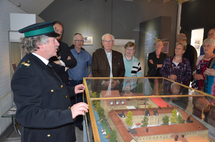 Cipier Willem Helfrich geeft uitleg bij de maquette van de Blokhuispoort. Foto Fokke Wester