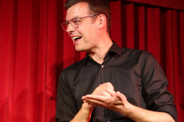 Christopher Schneider spielt Improvisationstheater auf der Bühne in Zug in der Schweiz, impro-consult