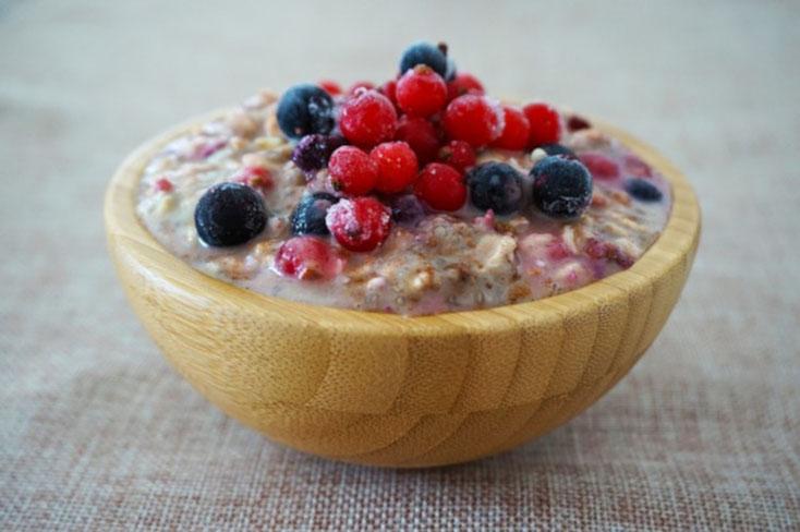 Foto des Reizdarm-Frühstücks Nummer 1: eine Schale mit Haferflocken und verschiedenen Beeren.