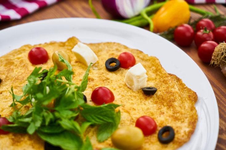 Foto des Reizdarm Frühstücks Nummer 2: Griechisches Omelette mit Tomaten. Spinat und Oliven.