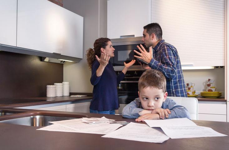 Eltern diskutieren vor Kind; Privatdetektiv Erfurt, Privatdetektei Erfurt, Detektiv Thüringen