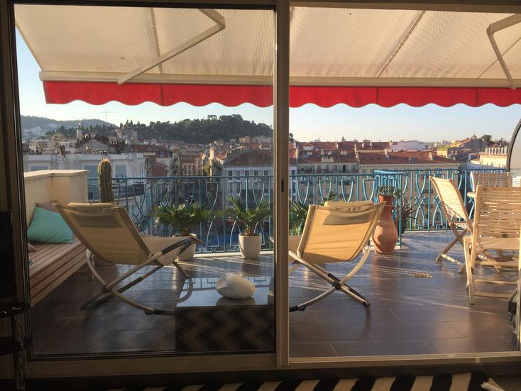 Nice Centre-Luxe-Terrasse et sa vue magnifique sur la Colline du Château de Nice, au soleil du matin