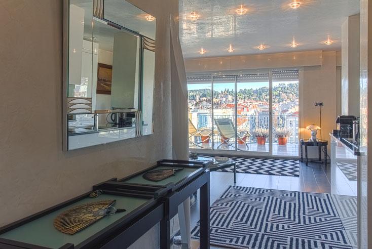 entrée salon terrasse avec vue sur Nice et sa Colline du Château