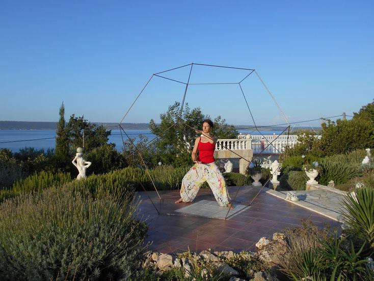Foto: Dodekaeder aus Kupfer im Garten als Raum für Meditation, Yoga, Einkehr, Stille, Tai  Chi