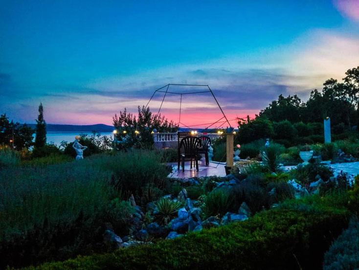 Foto: begehbares Dodekaeder in abendlicher Stimmung im Garten integriert