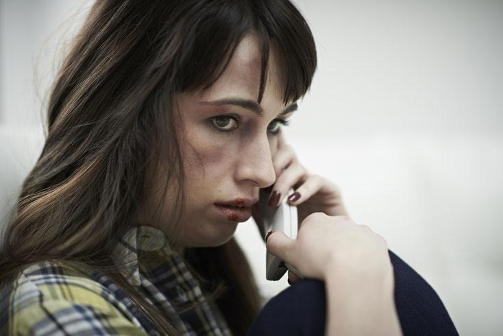 verängstigte Frau am Telefon; Privatdetektiv Rostock, Privatdetektei Mecklenburg-Vorpommern
