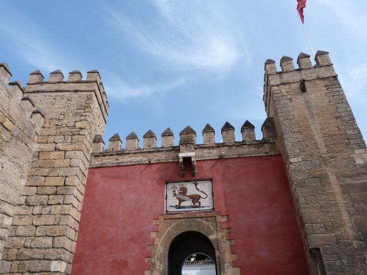 Das Löwentor der Königlichen Festung in Sevilla (Puerta del León, Real Alcázar)