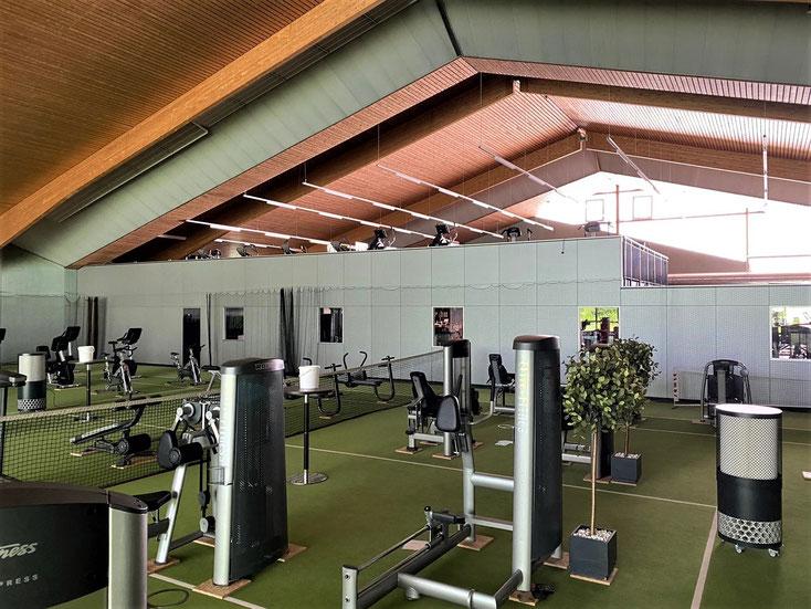 Große Tennishalle mit Sportgeräten und 2 Raumluftfiltern