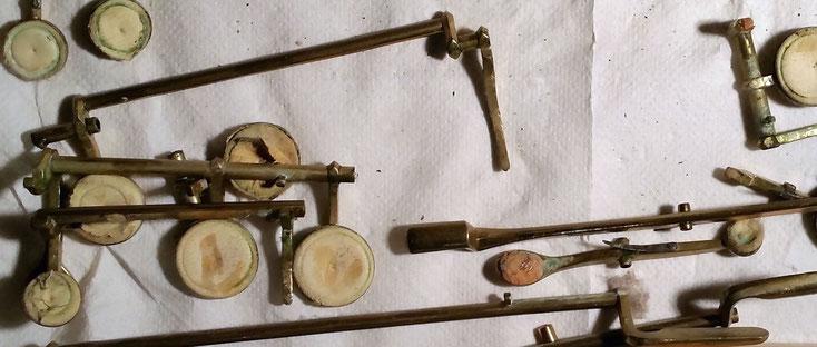Acoustique & Mécaniques démonte, désoxyde et lustre les clés, remplace les tampons de peau
