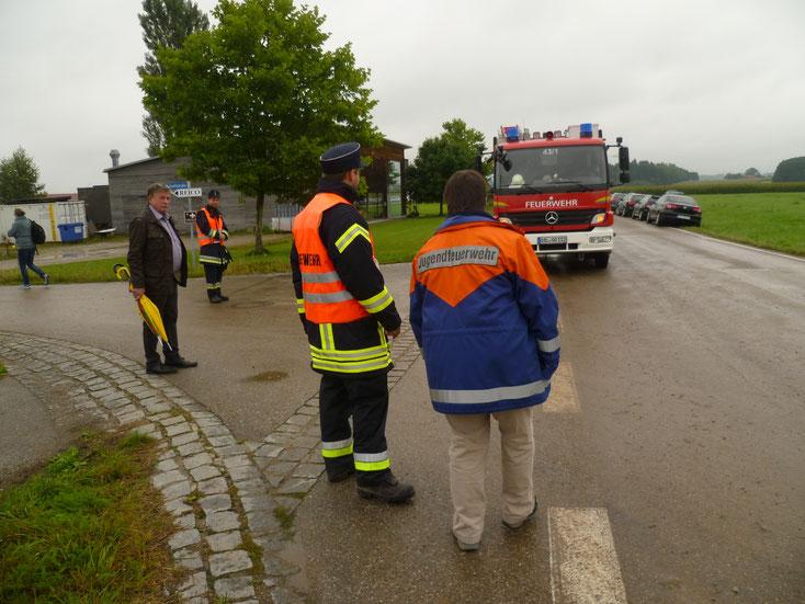 Es waren genügend Oberostendorfer Feuerwehrleute vor Ort. Sonst hätte ich aushelfen können bei der Straßensperrung für den Durchgangsverkehr