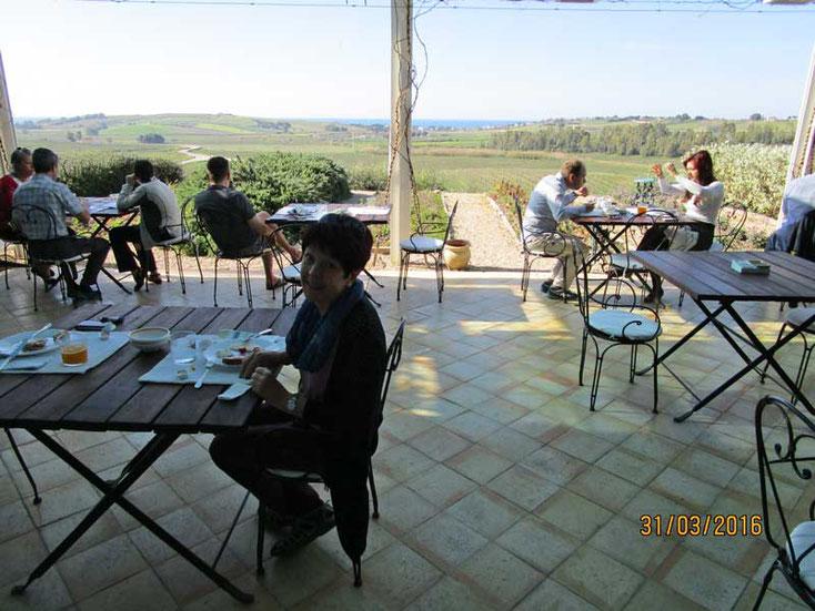Sizilien 2016, Frühstück auf der Terasse der Foresteria Planeta