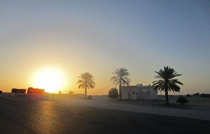 Oman Urlaub 2017; Sonnenuntergang auf dem Weg nach Salalah