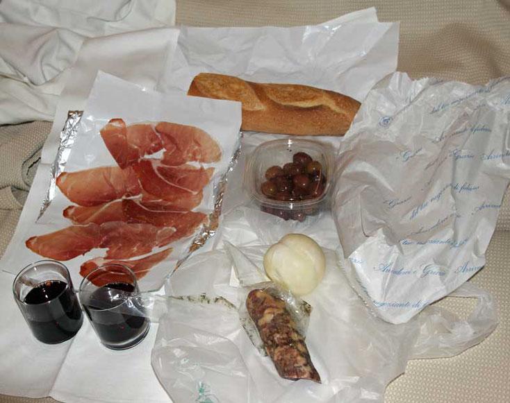 Sizilien 2016, Schinken, Käse, Salami und Rotwein im Zimmer