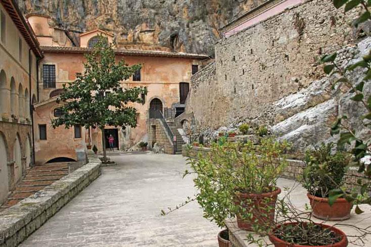 Innenhof im Felsenkloster der Benediktiner Abtei