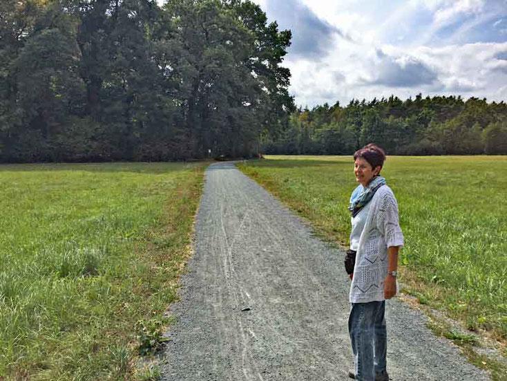 Margit auf dem Weg durch das Naturschutzgebiet Langhorst