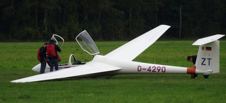 Bild 1 Segelflugzeug wird startfertig gemacht. Quelle: https://hiveminer.com/Tags/mainhausen,zellhausen