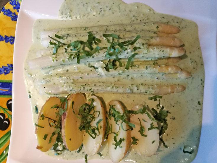 Spargel mit Frischkäsesauce, Bärlauch und Liebstöckel