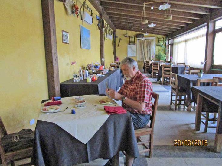 Sizilien Nähe Segeste - Beim Frühstück im Agritourismo Baglio Pocoroba